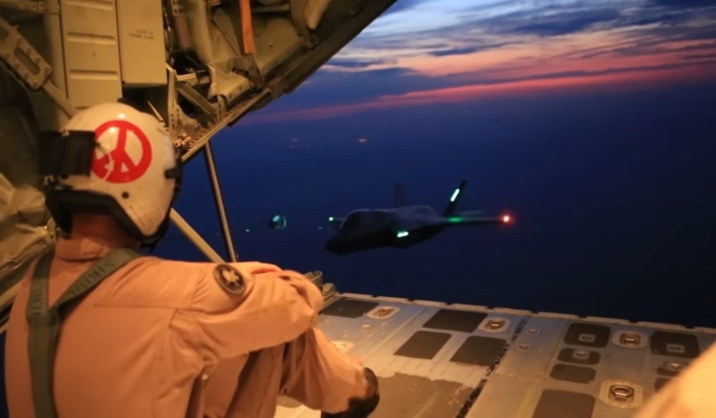 Дозаправка истребителя F-35B в воздухе.