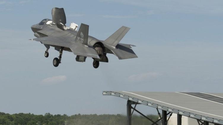 Испытания истребителя СВВП F-35B на наземном трамплине авиастанции ВМС Патаксент-Ривер (Мэриленд, США).