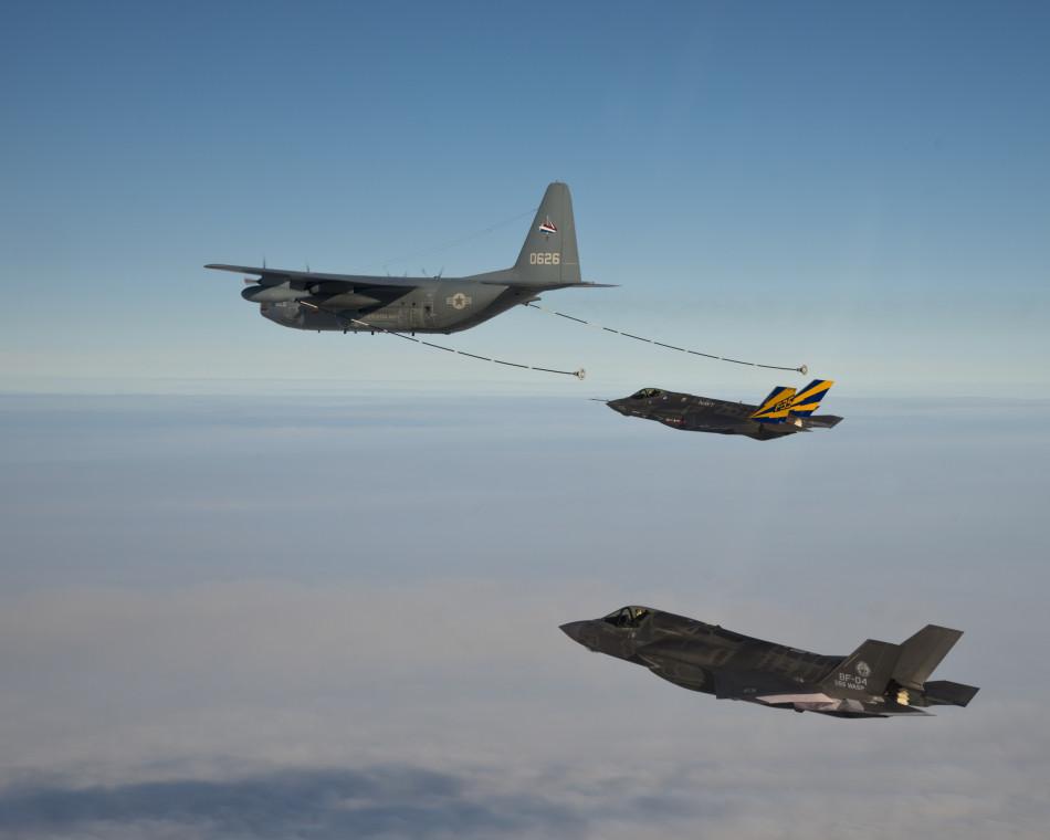 Дозаправка в воздухе F-35B и F-35C от самолета-танкера КС-130. Источник: mil.news.sina.com.cn.