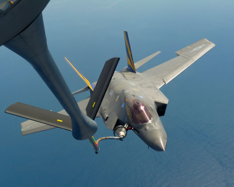 F-35C Lightning II авианосного базирования проводит дозаправку топливом в воздухе от самолета-заправщика KC-135 ВВС США. 20 августа 2013г..