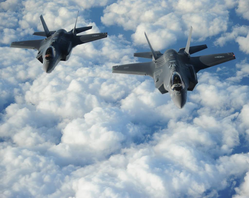Первые два построенные для ВВС Израиля истребителей Lockheed Martin F-35I Lightning II (израильское обозначение Adir) во время перелета через Атлантику из США в Израиль, 11.12.2016 (с) министерство обороны США.