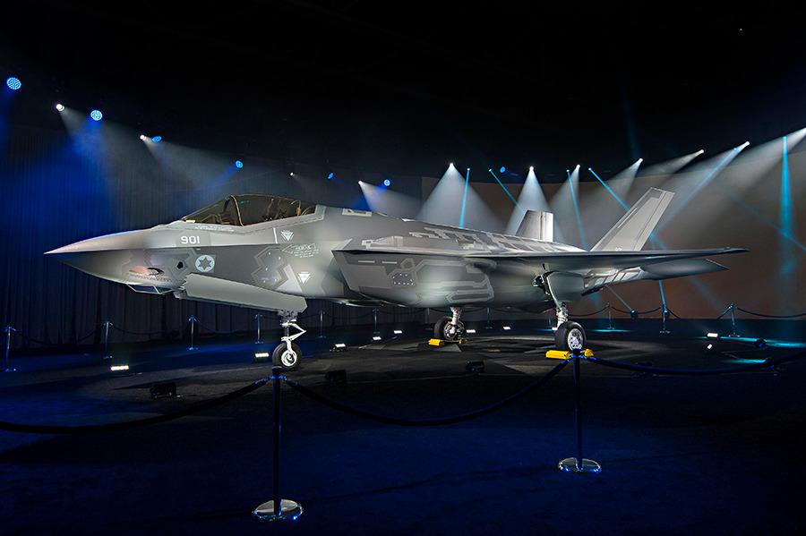 """Первый построенный для ВВС Израиля на предприятии корпорации Lockheed Martin в Форт-Уорт (штат Техас) истребитель F-35I Lightning II (израильское обозначение Adir) (серийный номер AS-1, израильский бортовой номер """"901"""") на церемонии выкатки 22.06.2016."""