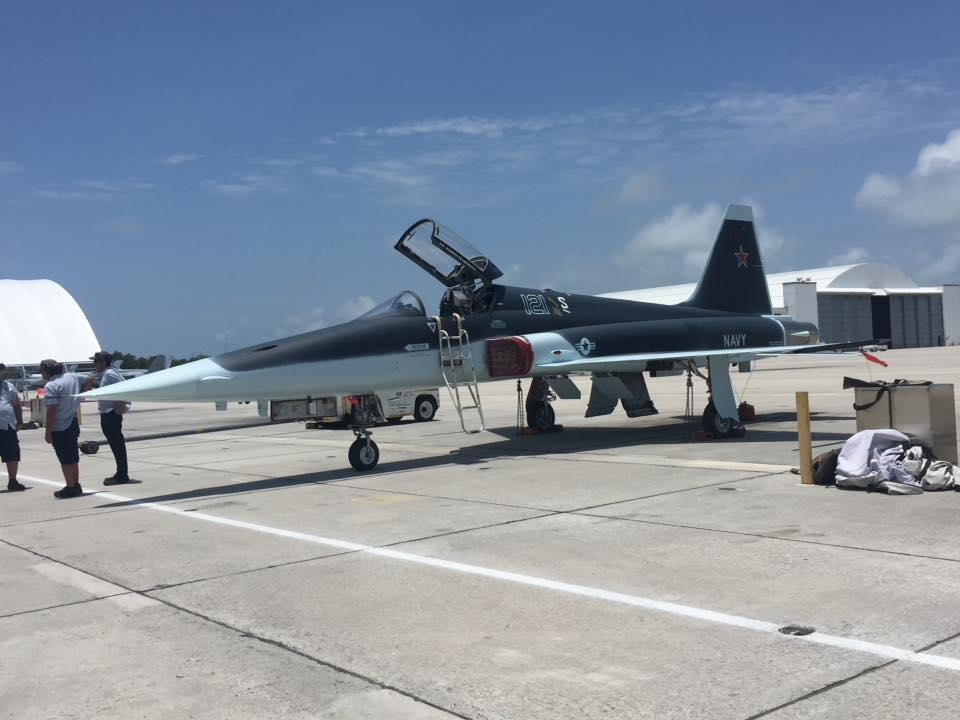 """Истребитель Northrop F-5N Tiger II (бортовой номер 761550, также """"русский"""" бортовой номер """"121"""", бывший самолет F-5E ВВС Швейцарии с бортовым номером J-3025, серийный номер L.1025) из состава 111-й смешанной истребительной эскадрильи (VFC-111 'Sundowners') """"агрессоров"""" авиации ВМС США. Самолет в мае 2016 года получил новую окраску, имитирующую окраску пятого летного прототипа Т-50-5Р российского истребителя пятого поколения ПАК ФА. Ки-Уэст (штат Флорида)."""
