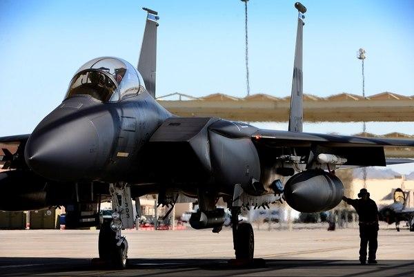 Истребитель F-15E Strike Eagle 492-й истребительной эскадрильи ждет разрешения на взлет на базе ВВС Неллиса (штат Нью-Йорк) (Фото: сержант Мэтью Плев / ВВС США).