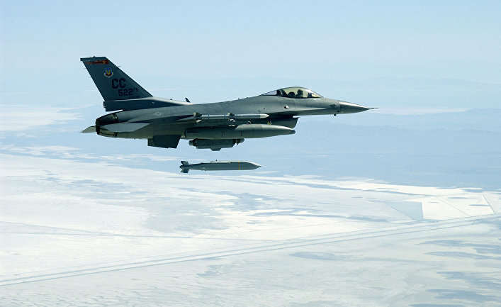 F-16C Fighting Falcon выпускает ракету AGM-154 Joint Stand-Off Weapon.