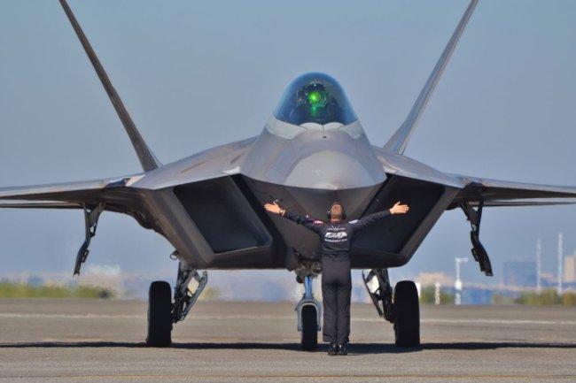 Многоцелевой истребитель пятого поколения F-22 «Раптор».