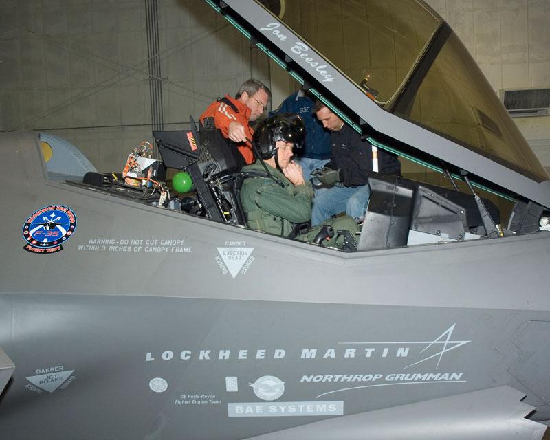 В кабине F-35.
