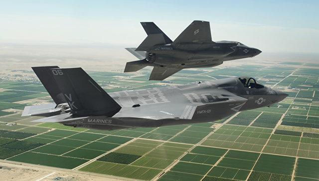 Американские истребители-бомбардировщики пятого поколения F-35 Lightning II.