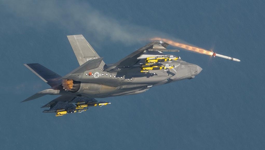Пуск AIM-132 ASRAAM с истребителя F-35B.
