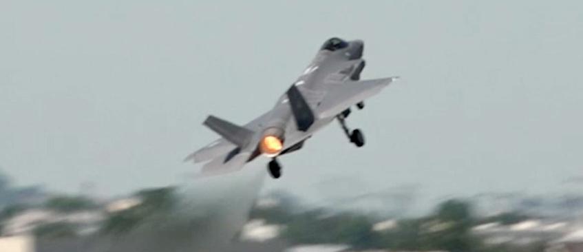 Истребитель F-35A выполняет демонстрационный полет на Парижском авиасалоне 2017<br>.