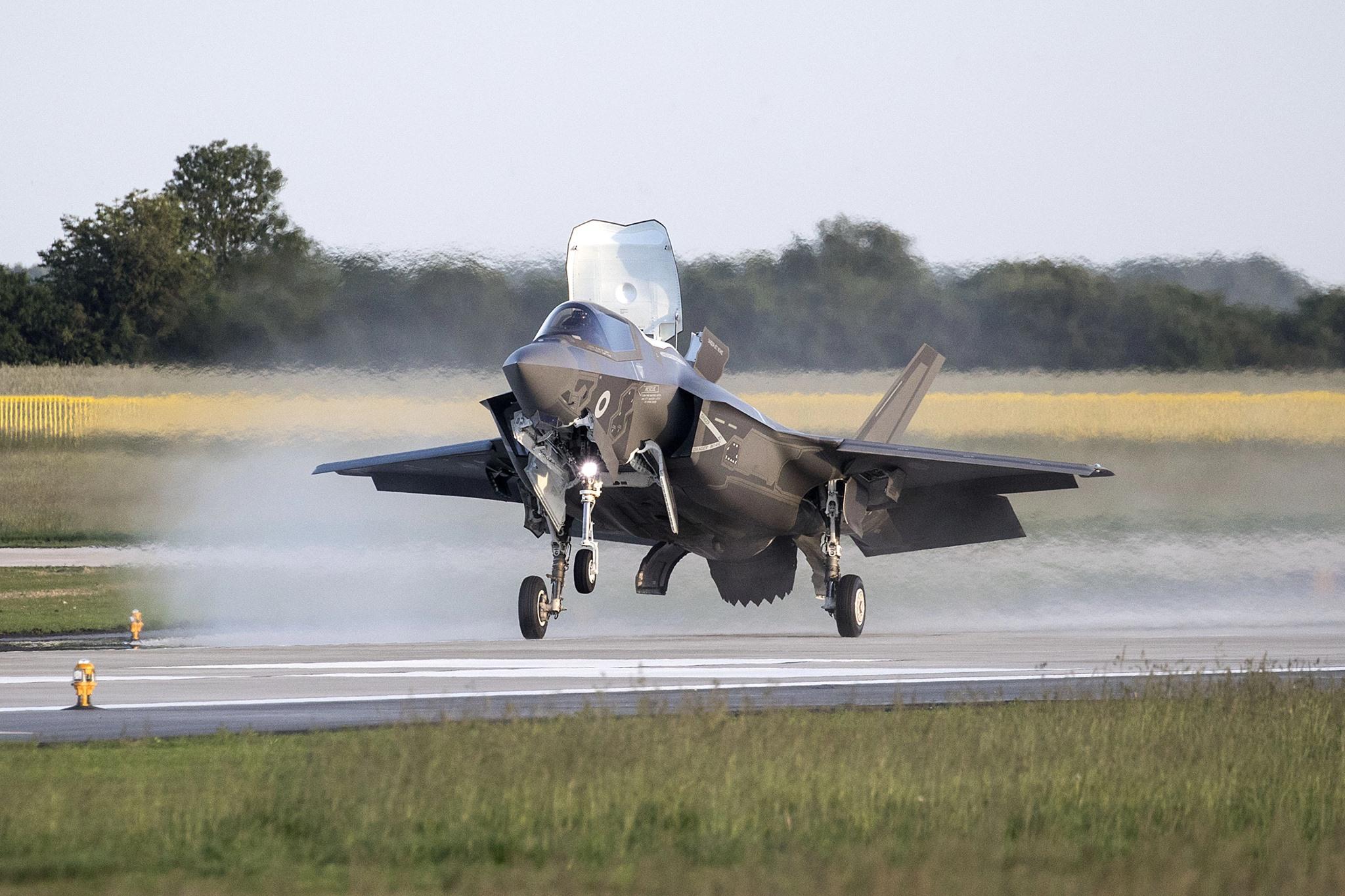 Посадка на британской авиабазе Мархэм первого из четырех прибывших из США на территорию Великобритании многоцелевых истребителя Lockheed Martin F-35B Lightning II из состава 617-й эскадрильи Королдевских ВВС Великобритании. 06.06.2018.