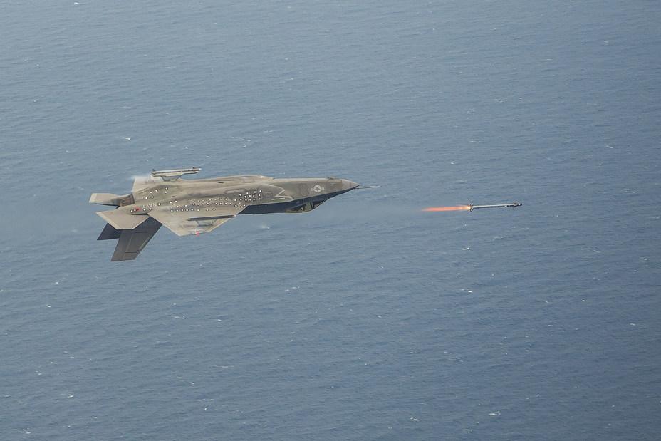 Тестовый пуск ракеты с истребителя F-35C в перевёрнутом положении.