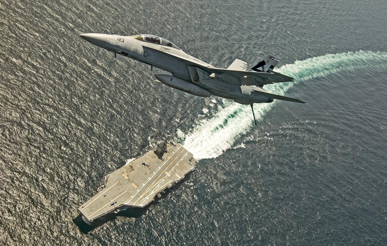 """Истребитель F/A-18F """"Super Hornet"""" испытательной эскадрильи ВМС США VX-23 совершает первые взлеты и посадки с авианосца CVN-78 """"Gerald R. Ford""""."""
