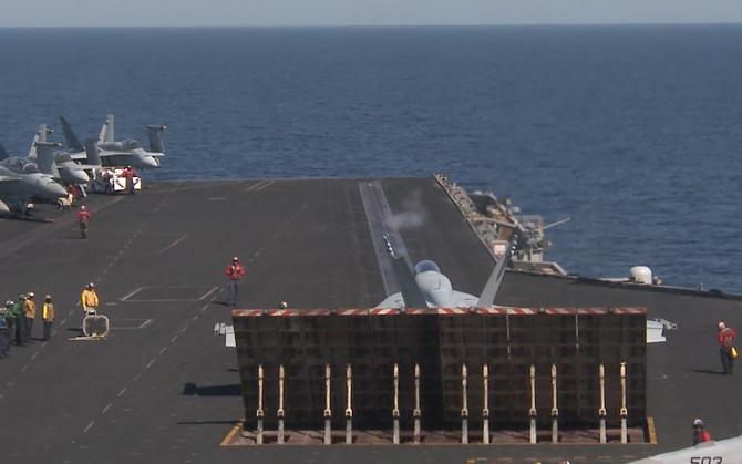 F/A-18 Hornet перед стартом.