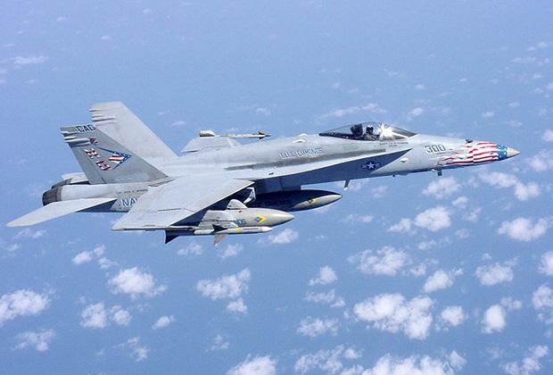 Основной «проектор силы» авианосных соединений — истребитель-бомбардировщик F/A-18C Hornet. Машина 146-й истребительной эскадрильи («Синие алмазы») в вылете на нанесение ударов по талибам в Афганистане, весна 2002 года.