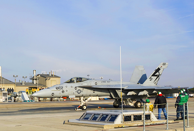 F/A-18E Super Hornet готовится к взлету с электромагнитной катапульты на испытательном стенде.