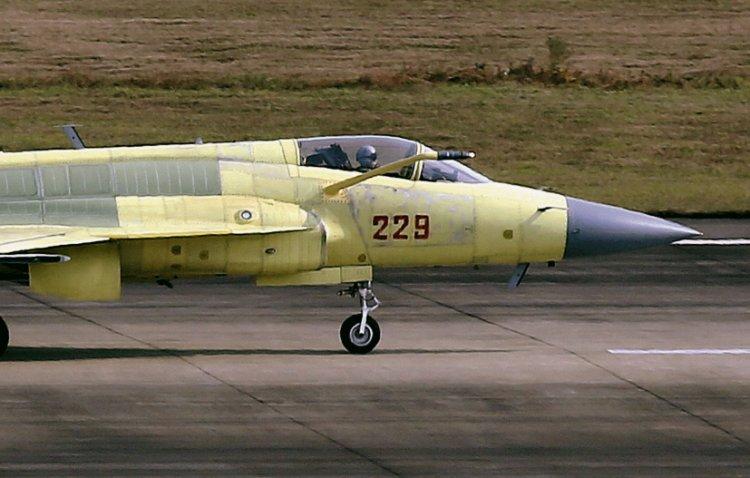 Истребитель FC-1/JF-17 Thunder, оснащенный штангой для дозаправки в воздухе.