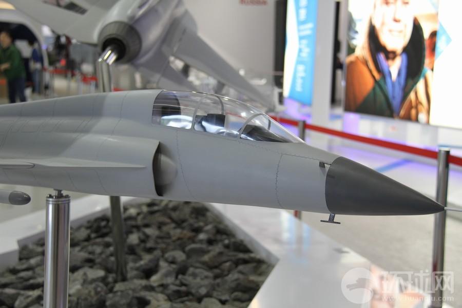 Модель двухместного варианта легкого многоцелевого истребителя FC-1/JF-17 совместной китайско-пакистанской разработки.