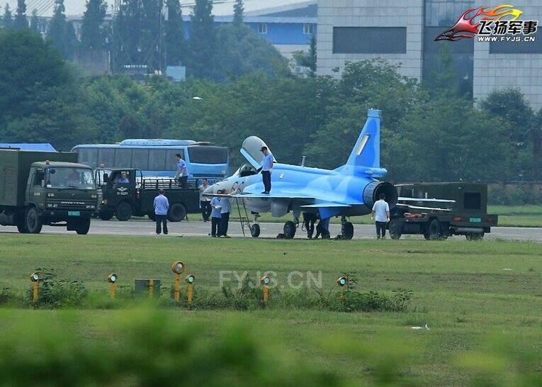 Первый изготовленный для ВВС Мьянмы легкий многоцелевой истребитель FC-1 на китайском аэродроме.