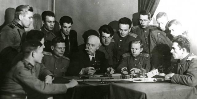 Федор Токарев (в центре), 1946 год