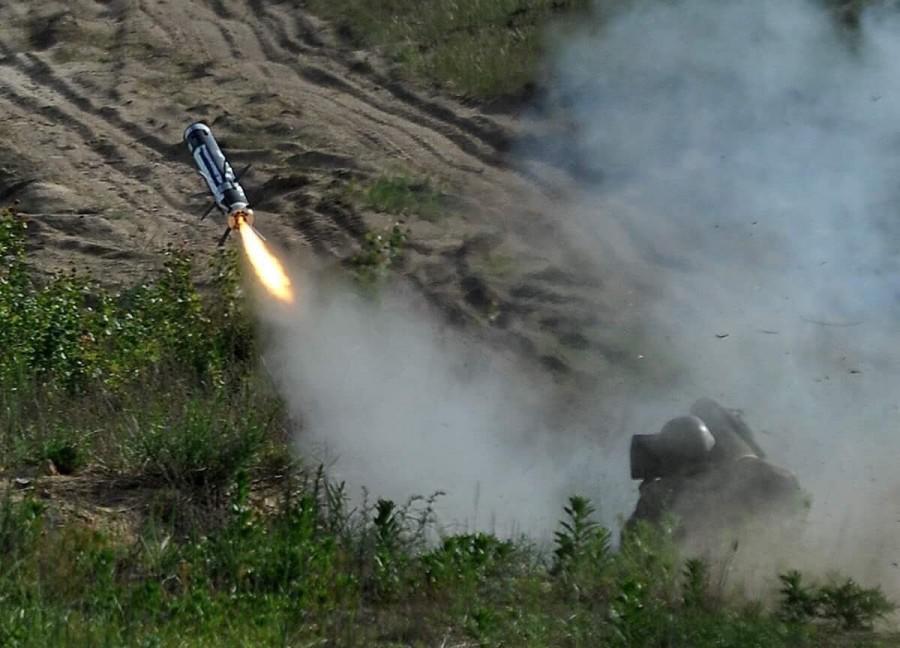 Запуск ракеты американского противотанкового ракетного комплекса FGM-148 Javelin расчетом вооруженных сил Украины. 22.05.2018.