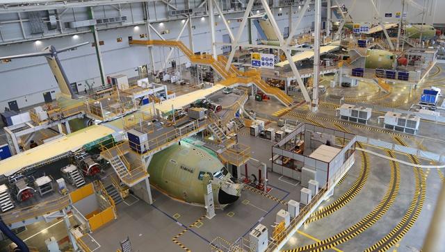 Первые три серийных военно-транспортных самолета А400М на заводе окончательной сборки компании Airbus Military в Севилье (Испания). Источник: www.aviationnews.eu.