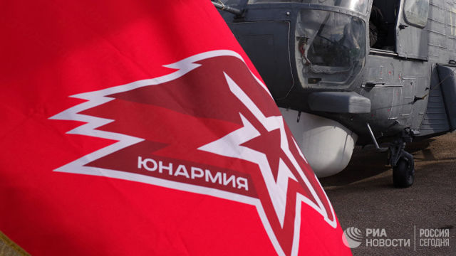 Флаг движения Юнармия на борту гвардейского ракетного крейсера Москва. Архивное фото