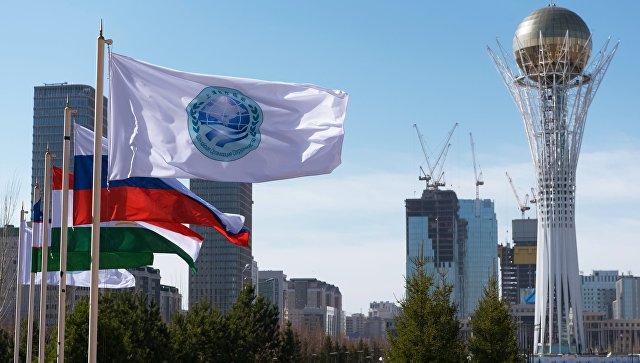 Флаг Шанхайской организации сотрудничества и флаги стран участниц ШОС в Астане. Архивное фото.