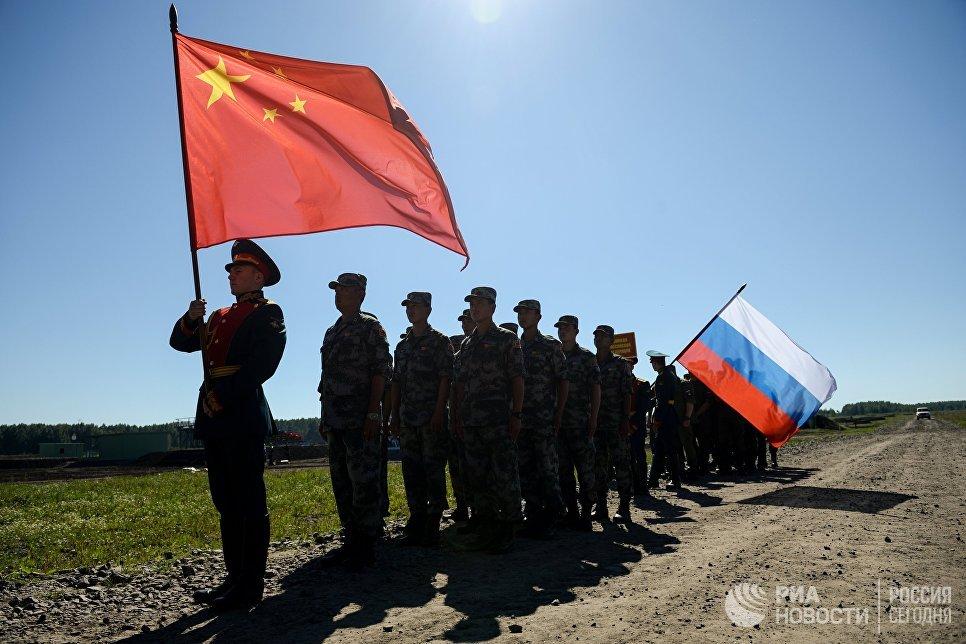 Флаги России и Китая. Архивное фото.