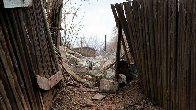 Фрагменты строения, разрушенного в результате обстрела Горловки
