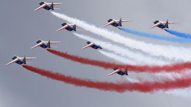 """Французская пилотажная группа """"Патруль де Франс"""" во время выступления на МАКС-2009 в Жуковском"""