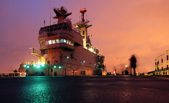 """Французский военный корабль-вертолетоносец класса """"Мистраль"""" на набережной имени Лейтенанта Шмидта"""