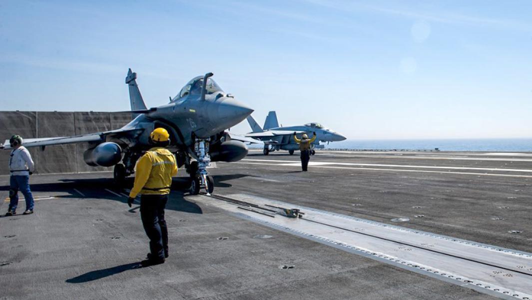 "Французский истребительRafale (слева) на палубе авианосца ВМС США""Джордж Буш""."
