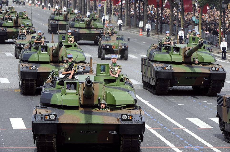 Французские танки AMX-56 Leclerc на параде в День взятия Бастилии на Елисейских полях в Париже.