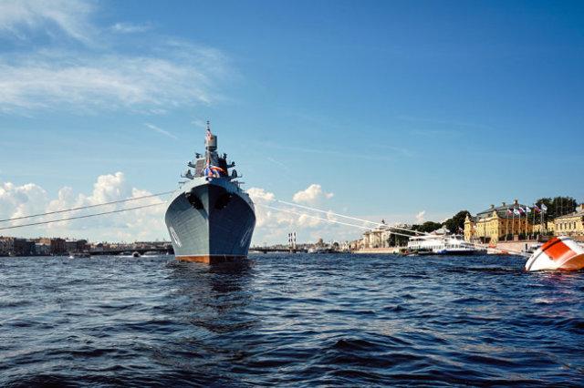 "Фрегат ""Адмирал флота Касатонов"" на рейде реки Невы в Санкт-Петербурге."