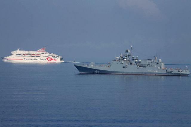 """Фрегат """"Адмирал Григорович"""" обеспечивал безопасность судов в Средиземном море."""