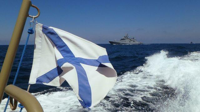 """Фрегат """"Адмирал Макаров"""" участвует в параде в День ВМФ РФ на рейде сирийского порта Тартус"""
