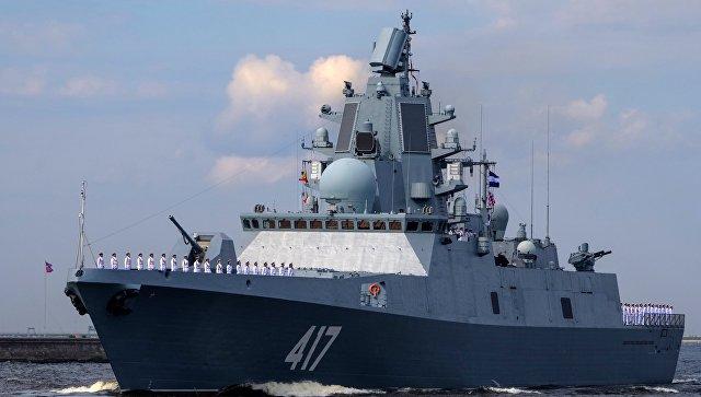 """Фрегат """"Адмирал Горшков"""" во время генеральной репетиции военно-морского парада ко дню ВМФ в Кронштадте."""