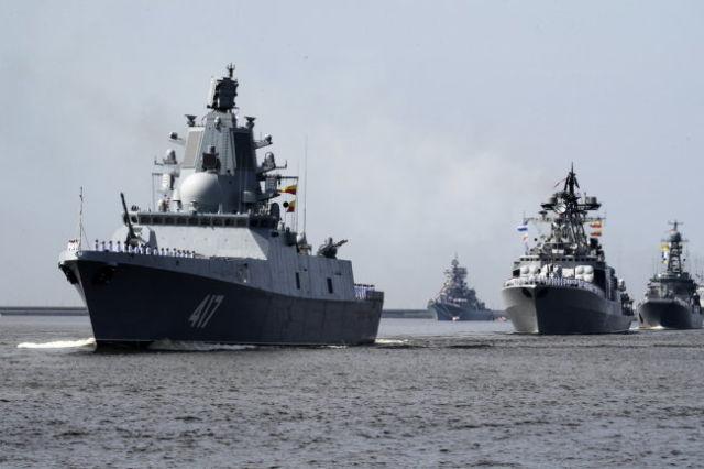 """Фрегат """"Александр Горшков"""" (слева)."""