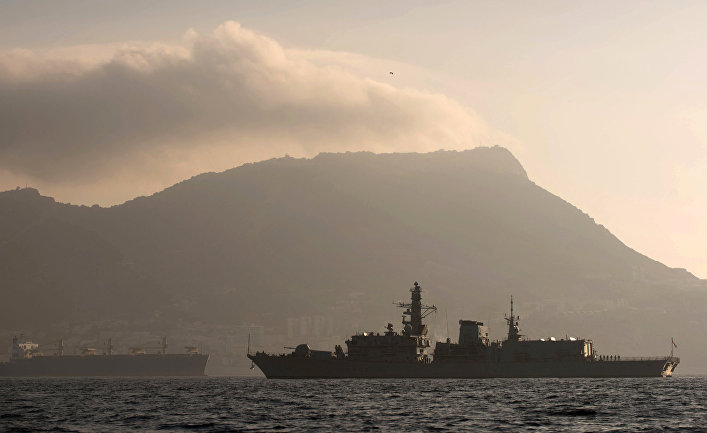 Фрегат британских королевских ВМС HMS Westminste в водах Гибралтара.