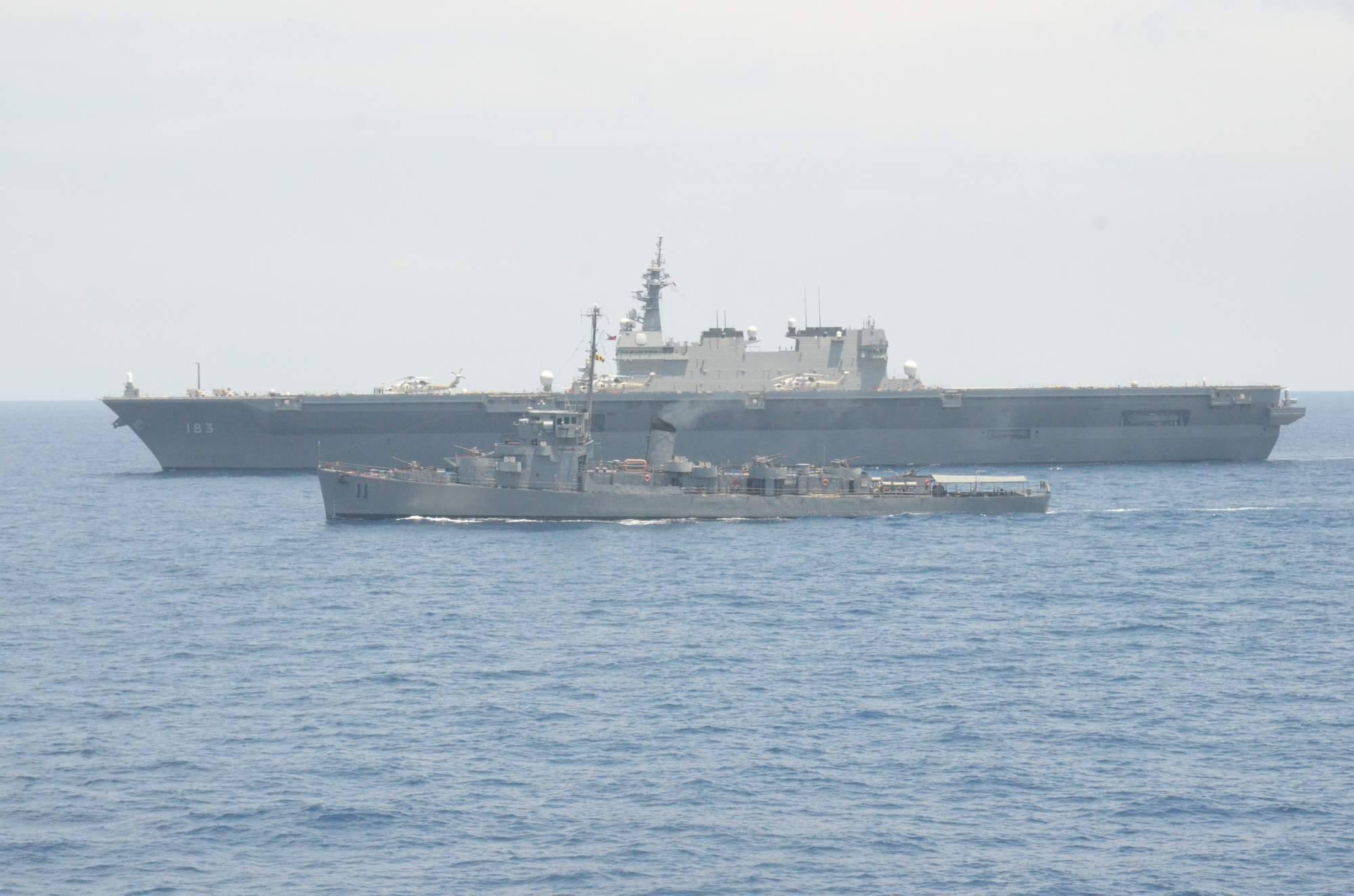 Фрегат ВМС Филиппин PS 11 Rajah Humabon (бывший американский эскортный миноносец DE 169 Atherton постройки 1943 года) сопровождает посетивший Манилу японский эскадренный миноносец-вертолетоносец DDH 183 Izumo, июнь 2017 года.