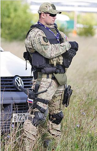 """Боец управления """"А"""" ФСБ России с пистолетом Glock 17 (или Glock 18), снаряженном магазином на 33 патрона."""