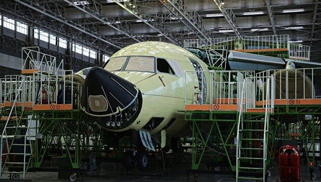 Фюзеляж самолета Ил-112В в сборочном цехе. Архивное фото.