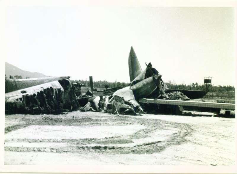 """""""Ганшип"""" Lockheed AC-130A, уничтоженный в результате ракетного обстрела американской авиабазы Дананг 15.07.1967."""