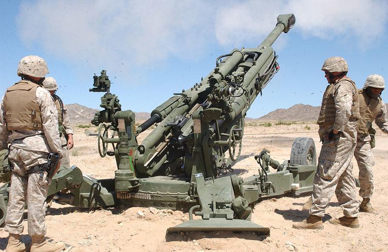 Стрельба из гаубицы M777.