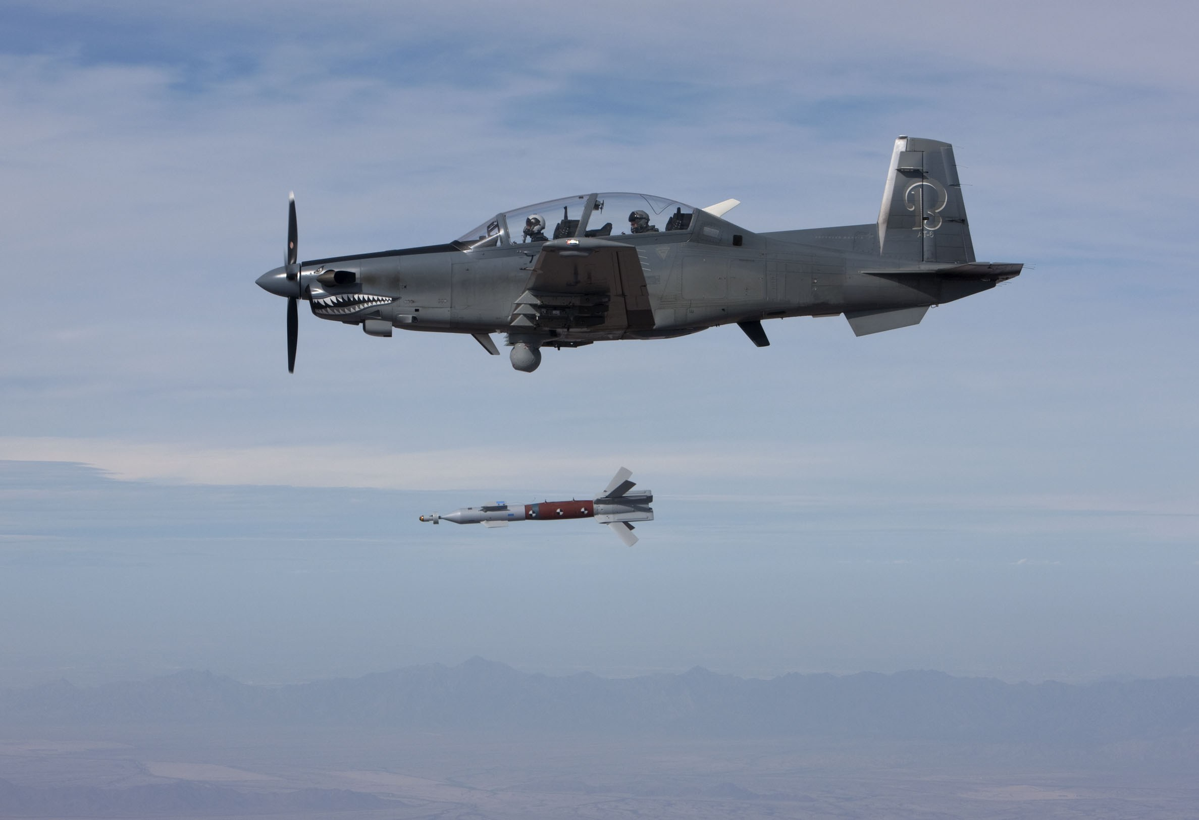 Пуск управляемой авиационной бомбы GBU-58 Paveway II с самолета AT-6.