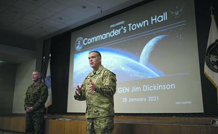 Генерал Джеймс Дикинсон убежден в агрессивности околоземных программ России и Китая. Фото с сайта www.spacecom.mil