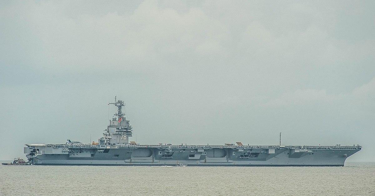 19 мая новейший авианосец военно-морского флота США Gerald R. Ford отправляется в море с базы Норфолк, штат Вирджиния, для прохождения расширенных эксплуатационных испытаний судовых систем. (Фото: Марк Д. Фарам / Navy Times).