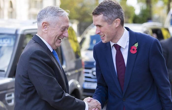 Встреча министра обороны Великобритании Гэвина Уильямсона с американским коллегой Джеймсом Мэттисом.