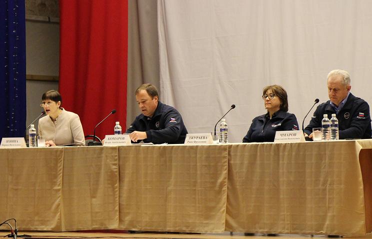 Глава Роскосмоса Игорь Комаров (второй слева) на встрече с коллективом космодрома Восточный.